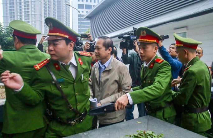 Sáng nay, 2 nguyên bộ trưởng Nguyễn Bắc Son và Trương Minh Tuấn được đưa đến tòa bằng xe đặc chủng - Ảnh 3.