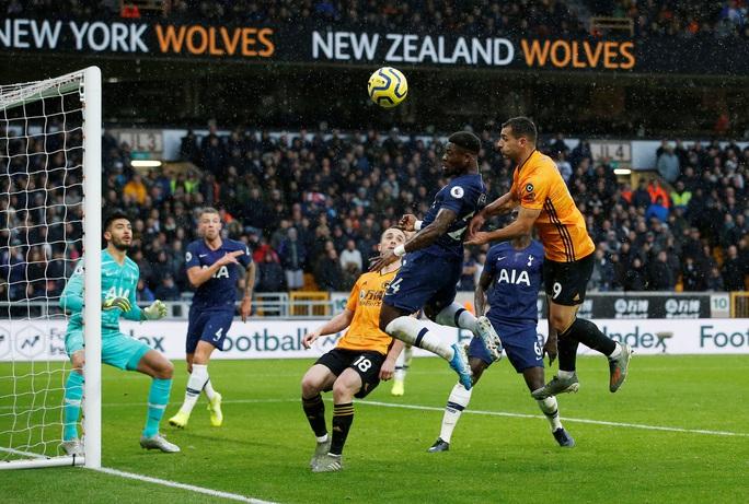 Tottenham thoát hiểm phút 90+1, Mourinho qua mặt… Man United - Ảnh 1.