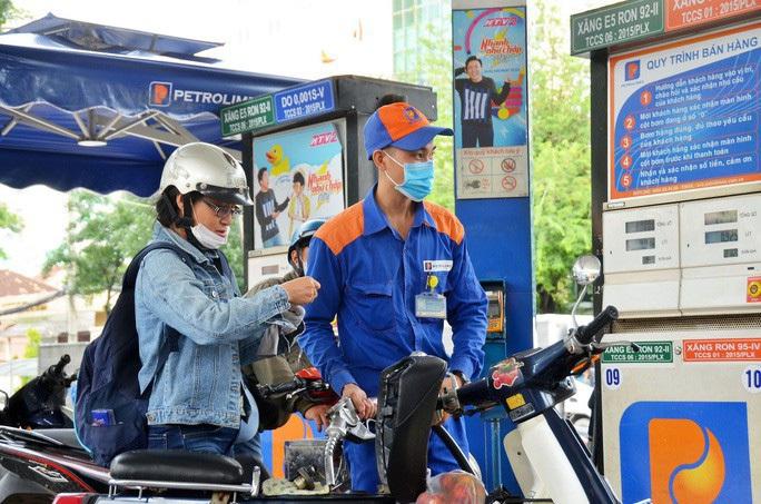Giá xăng dầu giảm mạnh sau kỳ nghỉ Tết Nguyên đán - Ảnh 1.