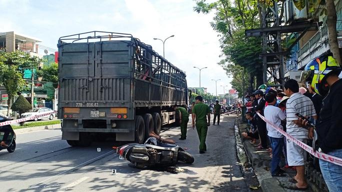 Trên đường đi đón con, người phụ nữ tử vong thương tâm dưới bánh xe đầu kéo - Ảnh 1.