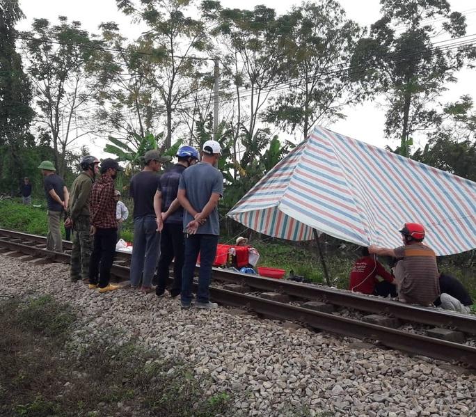 Băng qua đường sắt đi vệ sinh, người phụ nữ bị tàu hỏa tông tử vong - Ảnh 1.