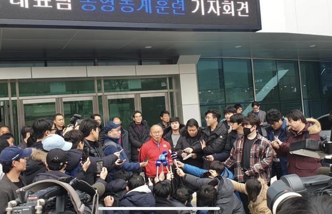 HLV Park Hang-seo lọt thỏm trong vòng vây báo chí Hàn Quốc - Ảnh 2.