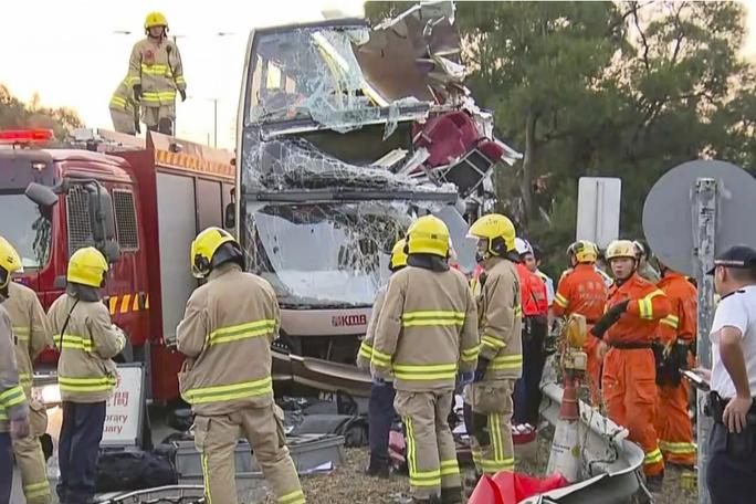 Xe buýt đâm vào cây, hành khách văng xuống đường, 6 người chết - Ảnh 1.