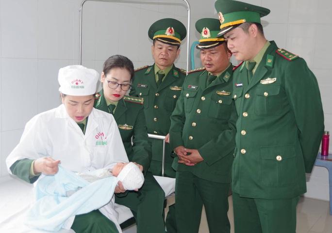Tạm giữ hai người Trung Quốc định đưa trẻ sơ sinh qua biên giới bán - Ảnh 2.