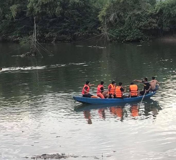 Bố và con gái 5 tuổi ra sông ngắm cảnh, thuyền lật cả hai tử vong - Ảnh 1.
