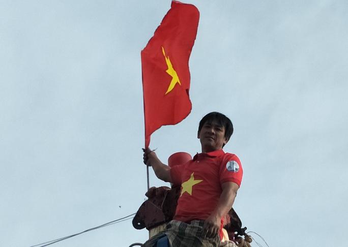 Trao 1.000 cờ Tổ quốc cho ngư dân Tiền Giang - Ảnh 1.