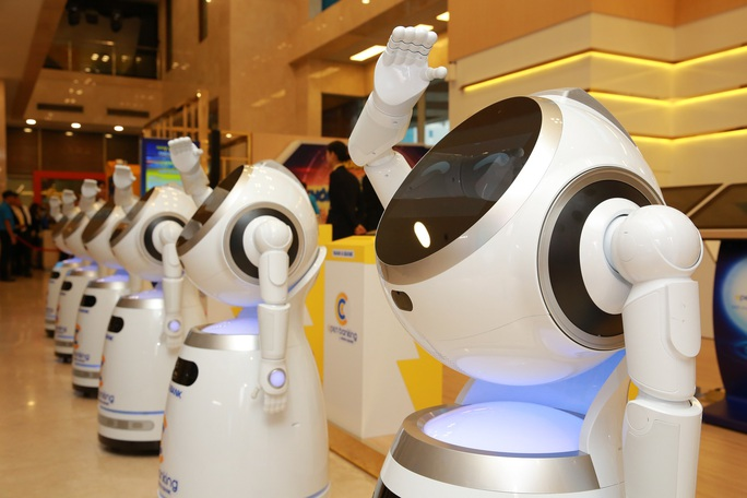 Có hay không việc cắt giảm nhân sự khi đưa robot vào phục vụ khách hàng? - Ảnh 1.