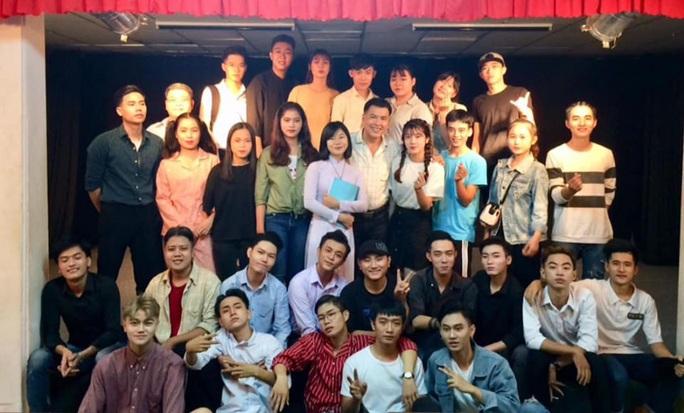 Danh hài Hữu Nghĩa rơi nước mắt khi diễn viên trẻ chịu học - Ảnh 2.