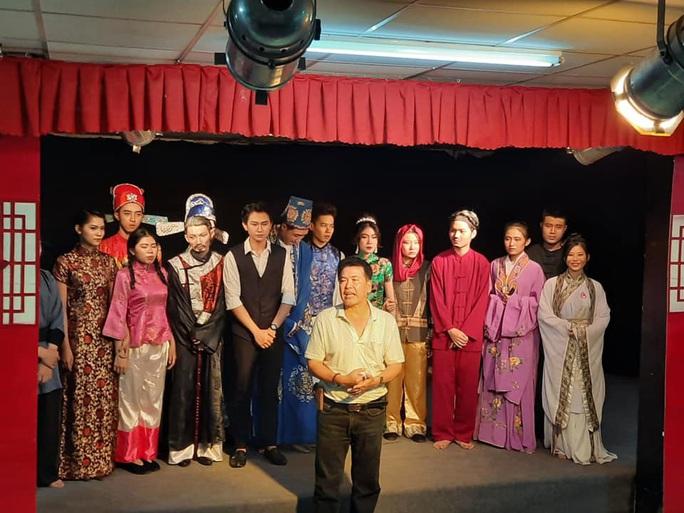 Danh hài Hữu Nghĩa rơi nước mắt khi diễn viên trẻ chịu học - Ảnh 1.