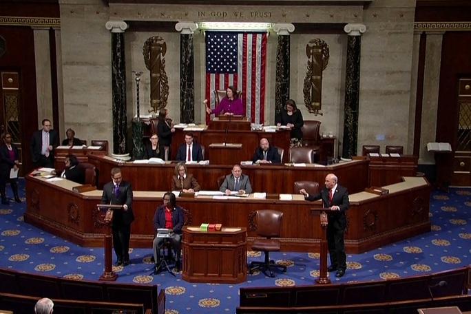 Bỏ phiếu luận tội ông Trump: Tranh cãi kịch tính 10 giờ chưa xong - Ảnh 1.