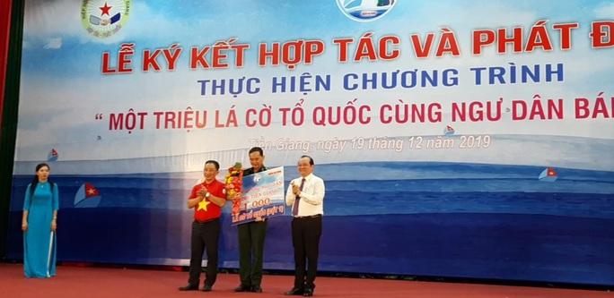Ngư dân Tiền Giang hân hoan đón cờ Tổ quốc - Ảnh 15.
