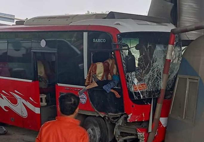 Xe khách bất ngờ tông thẳng vào ca-bin trạm thu phí, 5 người bị thương - Ảnh 1.