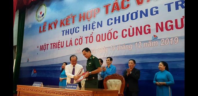 Ngư dân Tiền Giang hân hoan đón cờ Tổ quốc - Ảnh 14.
