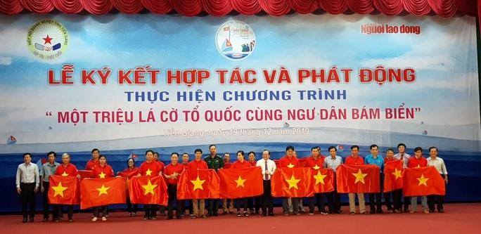 Ngư dân Tiền Giang hân hoan đón cờ Tổ quốc - Ảnh 1.