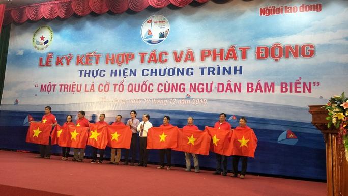 Ngư dân Tiền Giang hân hoan đón cờ Tổ quốc - Ảnh 2.