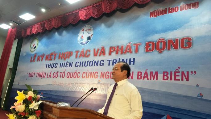 Ngư dân Tiền Giang hân hoan đón cờ Tổ quốc - Ảnh 4.
