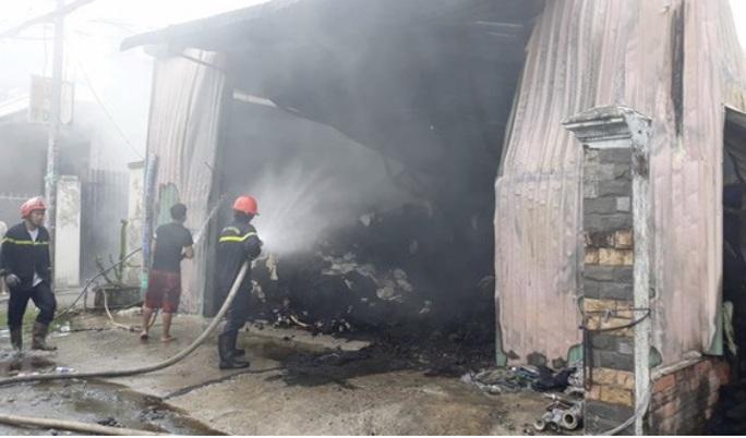 Cháy nhà xưởng chứa vải ở Hóc Môn, cả khu vực mất điện  - Ảnh 1.