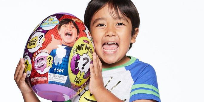 Mới 8 tuổi, YouTuber nhí kiếm được 26 triệu USD/năm - Ảnh 1.