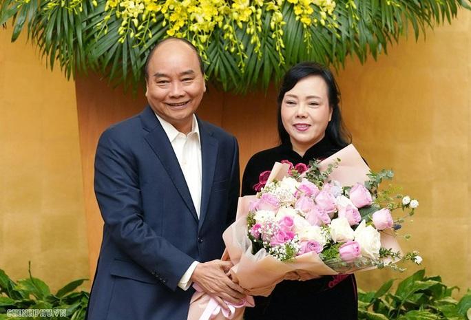 Nguyên Bộ trưởng Nguyễn Thị Kim Tiến xúc động nhận hoa từ Thủ tướng - Ảnh 1.
