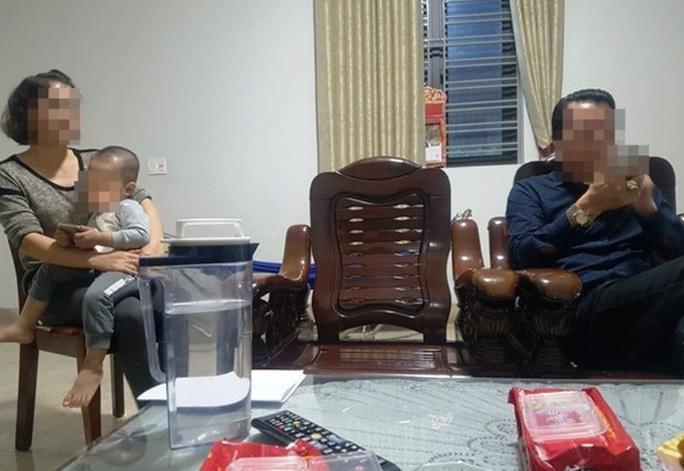 Bố đẻ và vợ sốc khi Chánh văn phòng TAND huyện bị bắt do trốn truy nã 26 năm trước - Ảnh 2.