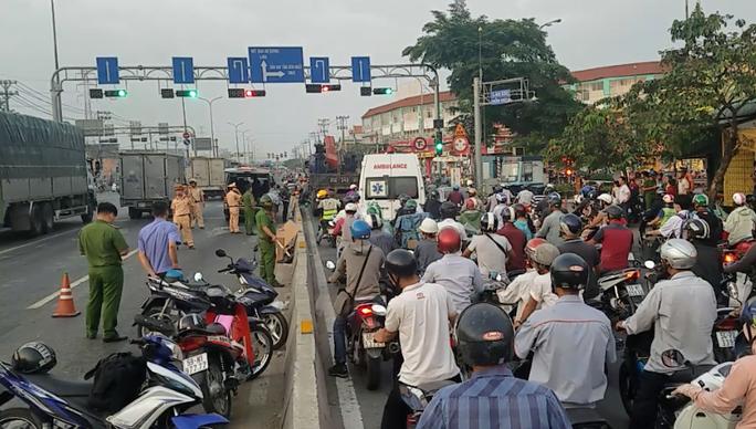 TP HCM: Người đàn ông tử vong nghi bị xe tông trên Quốc lộ 1 - Ảnh 1.