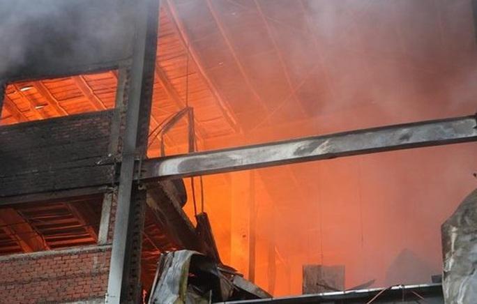 Công ty bánh kẹo rộng hàng ngàn mét vuông chìm trong biển lửa - Ảnh 1.