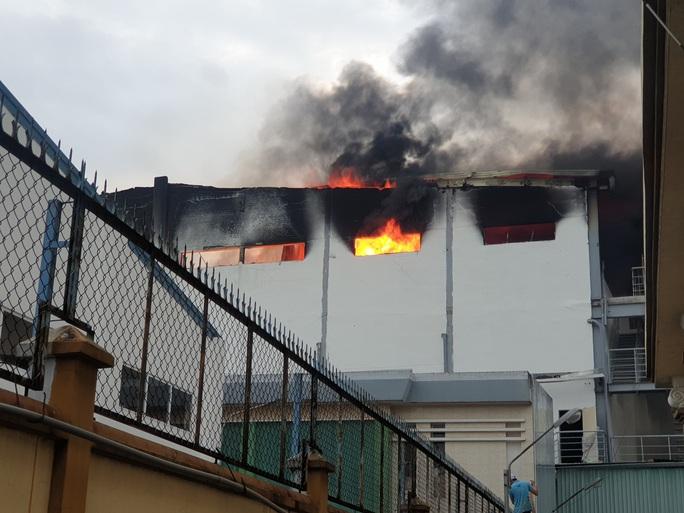 Công ty bánh kẹo rộng hàng ngàn mét vuông chìm trong biển lửa - Ảnh 2.