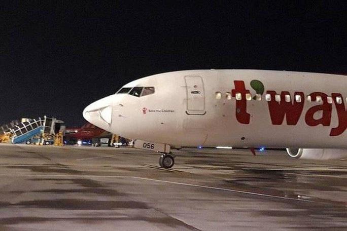 Đang hạ cánh xuống Nội Bài, máy bay suýt va phải vật thể lạ - Ảnh 1.