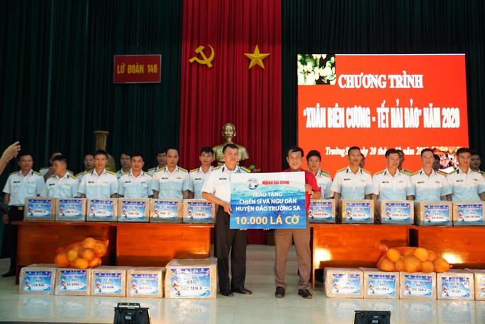 Trao 10.000 lá cờ Tổ quốc cho quân dân Trường Sa đón Tết - Ảnh 1.