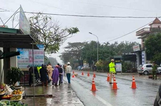Người phụ nữ bị xe máy tông tử vong khi đi bộ sang đường - Ảnh 1.