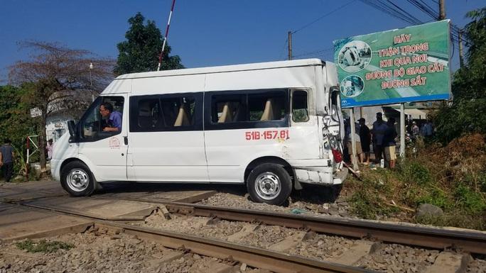 Đồng Nai: Ô tô 16 chỗ bị tàu hỏa tông văng, 5 người bị thương - Ảnh 3.