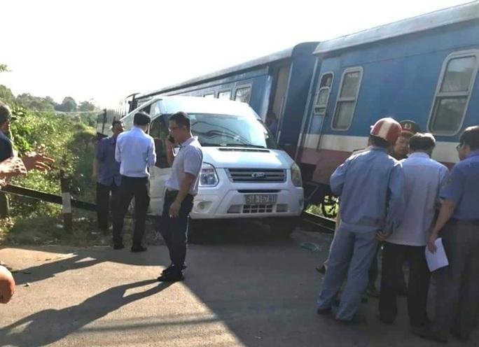 Đồng Nai: Ô tô 16 chỗ bị tàu hỏa tông văng, 5 người bị thương - Ảnh 4.