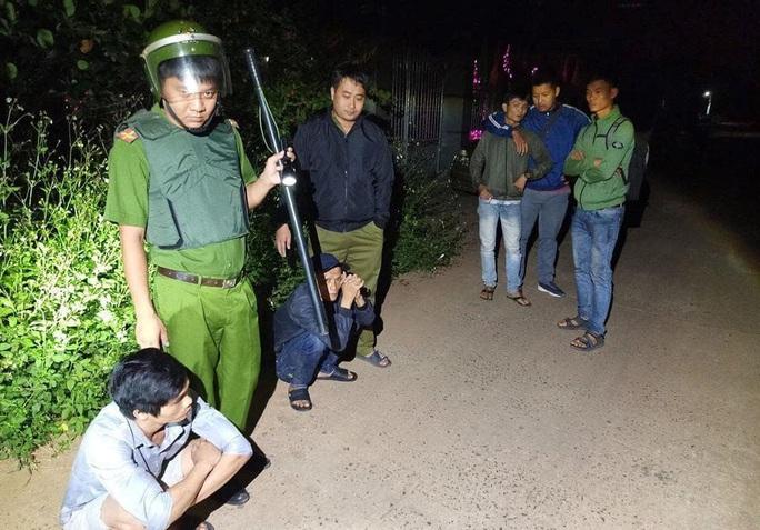 Bao vây nhóm cướp manh động cố thủ trong nhà ở Nhơn Trạch - Ảnh 1.