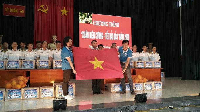 Trao 10.000 lá cờ Tổ quốc cho quân dân Trường Sa đón Tết - Ảnh 4.