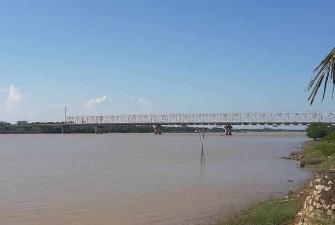 Thiếu tá quân đội bỏ xe máy lao xuống sông cứu cô gái nhảy cầu dưới trời mưa rét - Ảnh 2.