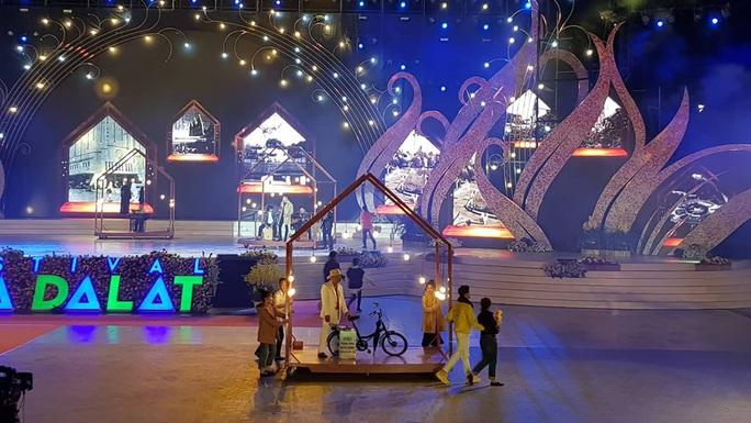 Mãn nhãn bữa tiệc hoa và ánh sáng ở lễ khai mạc Festival Hoa Đà Lạt - Ảnh 2.