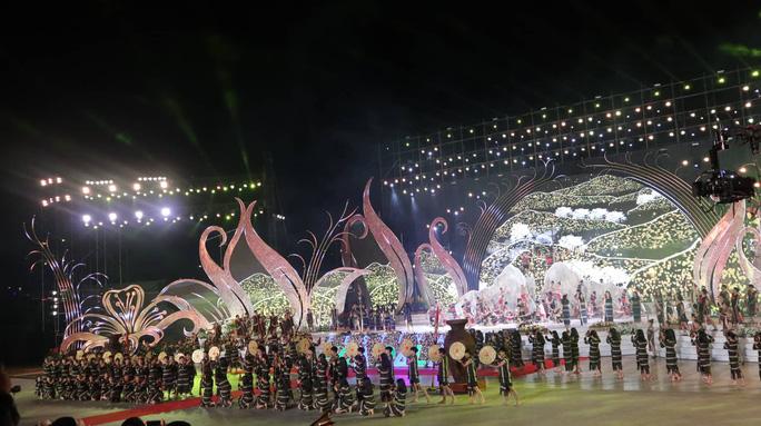Mãn nhãn bữa tiệc hoa và ánh sáng ở lễ khai mạc Festival Hoa Đà Lạt - Ảnh 7.