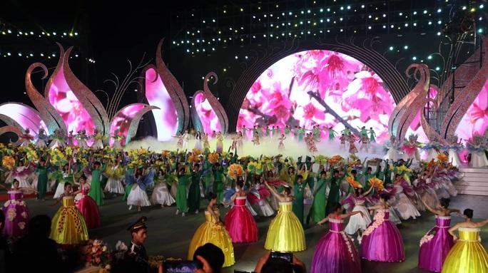 Mãn nhãn bữa tiệc hoa và ánh sáng ở lễ khai mạc Festival Hoa Đà Lạt - Ảnh 8.