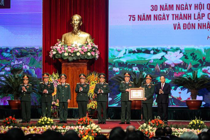 Thủ tướng: Bảo vệ Tổ quốc tuyệt đối không để bị động, bất ngờ - Ảnh 9.