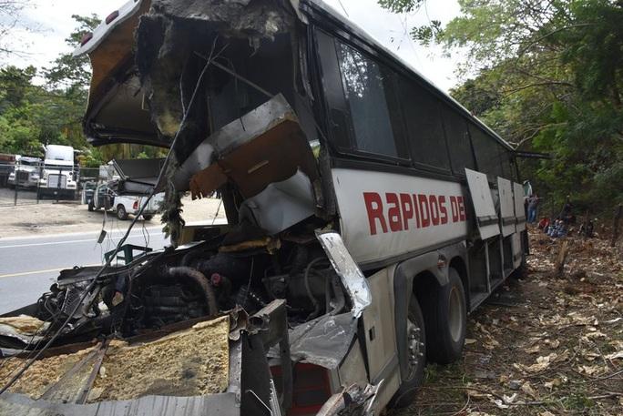 """Xe tải """"ủi"""" xe buýt, 21 người thiệt mạng - Ảnh 2."""