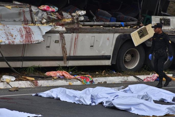 """Xe tải """"ủi"""" xe buýt, 21 người thiệt mạng - Ảnh 6."""
