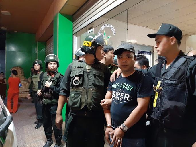 Vụ cảnh sát bao vây bệnh viện ở Biên Hòa: Bắt giữ 14 đối tượng tín dụng đen - Ảnh 1.