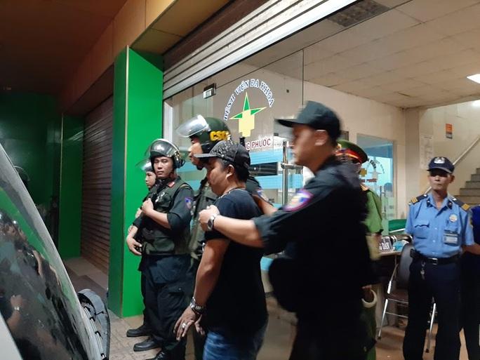 Vụ cảnh sát bao vây bệnh viện ở Biên Hòa: Bắt giữ 14 đối tượng tín dụng đen - Ảnh 12.