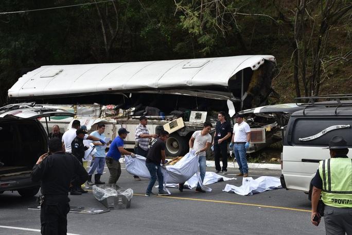 """Xe tải """"ủi"""" xe buýt, 21 người thiệt mạng - Ảnh 4."""