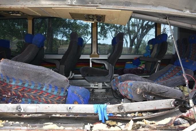"""Xe tải """"ủi"""" xe buýt, 21 người thiệt mạng - Ảnh 3."""