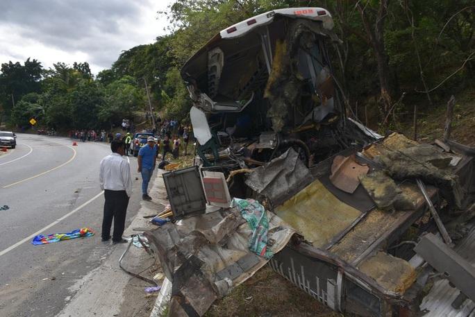 """Xe tải """"ủi"""" xe buýt, 21 người thiệt mạng - Ảnh 1."""