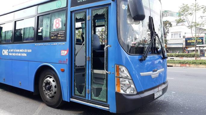 Nhóm côn đồ vác mã tấu đập phá xe buýt trên đường Phạm Văn Đồng - Ảnh 5.