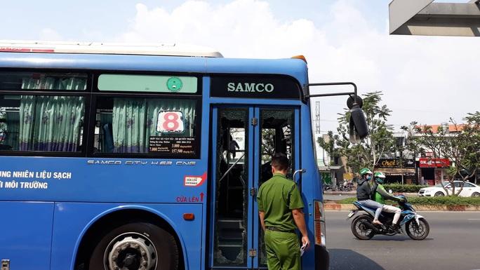 Nhóm côn đồ vác mã tấu đập phá xe buýt trên đường Phạm Văn Đồng - Ảnh 6.
