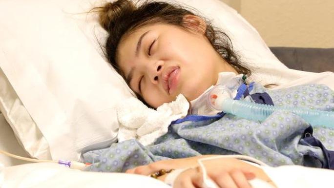 Thiếu nữ gốc Việt sống đời sống thực vật sau phẫu thuật nâng ngực - Ảnh 1.