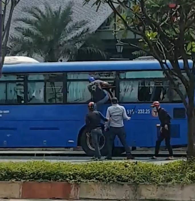 Nhóm côn đồ vác mã tấu đập phá xe buýt trên đường Phạm Văn Đồng - Ảnh 1.